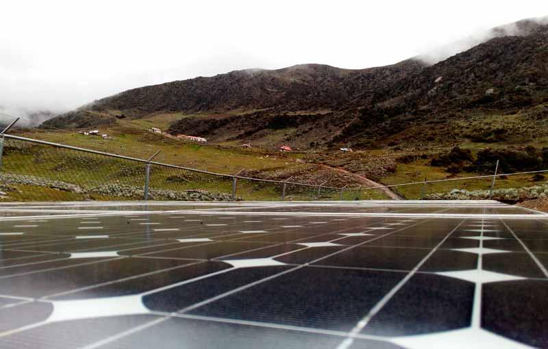 paneles solares en la montaña
