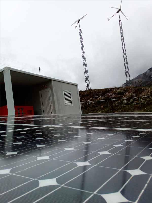 paneles solares y torre de eólica